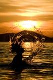 Mulher que arremessa o cabelo molhado Foto de Stock