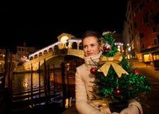 Mulher que guarda a árvore de Natal perto da ponte de Rialto em Veneza, Itália Fotografia de Stock