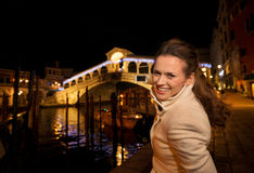 Mulher que toma a foto da ponte de Rialto no Natal Veneza, Itália Fotografia de Stock