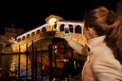 Mulher que toma a foto da ponte de Rialto no Natal Veneza, Itália Foto de Stock Royalty Free