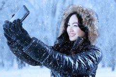 Nätt flicka med vinterkläder som tar fotoet Royaltyfria Bilder