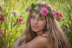 Naturschönheit und Gesundheit, Frau mit Blumen im Haar Lizenzfreie Stockfotografie