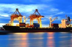 Nave del trasporto del carico del contenitore con il funzionamento Fotografie Stock Libere da Diritti