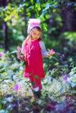 Niña en bosque sping Fotos de archivo libres de regalías