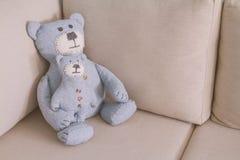O brinquedo carrega sentar-se em um sofá Imagem de Stock