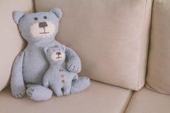 O brinquedo carrega sentar-se em um sofá Fotos de Stock Royalty Free