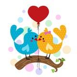 O pássaro bonito dos pares ramifica e balão vermelho do coração Fotografia de Stock Royalty Free
