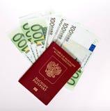 O passaporte do russo encontra-se em uma pilha das notas (euro-) Fotografia de Stock Royalty Free