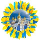 O St Michael Monastery em Kiev moldou com as pétalas nas cores de Ukr Imagem de Stock Royalty Free