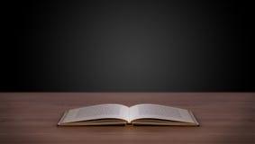 Offenes Buch auf hölzerner Plattform Lizenzfreie Stockfotografie