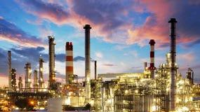 Olja och gasa bransch - raffinaderi på skymningen - fabriken - petroche Arkivfoton