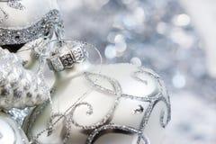 Ornamenti bianchi e d'argento dell'avorio di Natale Fotografia Stock