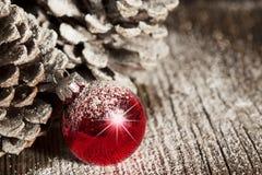 Ornamento vermelho Pinecones do Natal Fotos de Stock Royalty Free