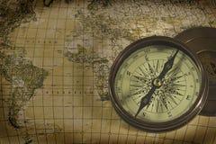 Oud kompas over kaart Stock Foto's