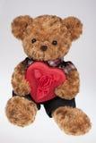 ours-de-nounours-retenant-un-coeur-rouge-48442776