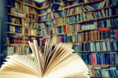 Ouvrez le livre dans une bibliothèque Photographie stock libre de droits
