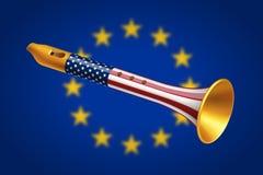 Pífano dourado com a bandeira dos EUA na bandeira borrada da União Europeia Foto de Stock