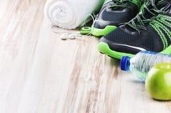 Paar sportschoenen en fitness toebehoren Royalty-vrije Stock Afbeeldingen