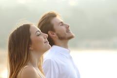 Paare des Mannes und der Frau, die tiefe Frischluft atmen Stockfotografie