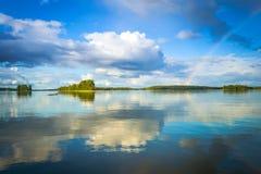 Paesaggio svedese del lago con l'arcobaleno Fotografie Stock Libere da Diritti