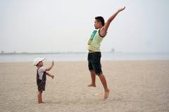 Pai e filho que jogam na praia Foto de Stock Royalty Free