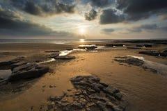 Paisagem vibrante impressionante do por do sol sobre a baía de Dunraven em Gales Fotografia de Stock Royalty Free