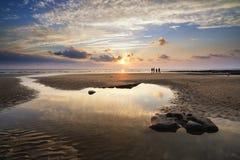 Paisagem vibrante impressionante do por do sol sobre a baía de Dunraven em Gales Imagem de Stock Royalty Free