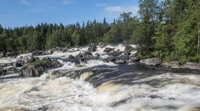 Paisaje del agua del verano Cascada Kivakkakoski, umbral de Kivakksky en Karelia Fotos de archivo