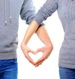 Pares no amor que mostra o coração Imagem de Stock