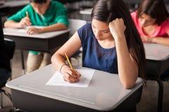 Passage d'un examen dans le lycée Images libres de droits