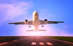 Passagiersjet die van het gebruik van de luchthavenbaan voor het reizen en lading, het onderwerp van de vrachtindustrie vliegen Stock Afbeeldingen