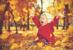 Piccolo bambino felice, neonata che ride e che gioca in autunno Fotografie Stock