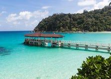Piccolo molo vicino all'isola tropicale nel parco marino Fotografia Stock