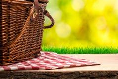 Picknickmand op de lijst Royalty-vrije Stock Afbeeldingen