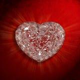 pierre-gemme-en-forme-de-coeur-de-diamants-sur-le-fond-rouge-de-velours-32927819