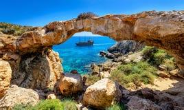 Piraatschip door rotsboog, Cyprus Stock Afbeelding