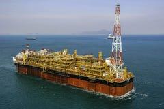 Plate-forme pétrolière en mer de pétrole et de gaz FPSO Photographie stock libre de droits