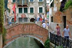 Ponte velha sobre o canal e os turistas em Veneza, Itália Imagem de Stock Royalty Free