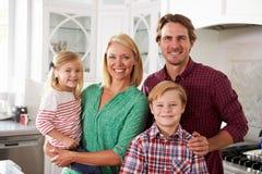 Portret die van Familie in Moderne Keuken zich verenigen Stock Foto's