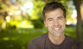 Portret van een Knappe Mens die bij de Camera glimlachen Royalty-vrije Stock Afbeeldingen