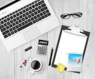 Posto di lavoro, caffè di vetro del computer portatile sulla tavola di legno, vettore realistico Fotografie Stock