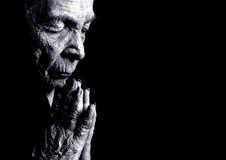 Prière de dame âgée Photo stock