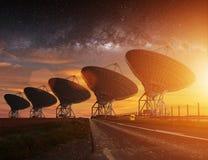 Radiotelescoopmening bij nacht Stock Afbeelding