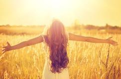 Ragazza di modello adolescente in vestito bianco che gode della natura Fotografia Stock