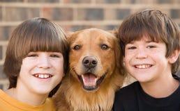 Ragazzi e un cane Fotografia Stock