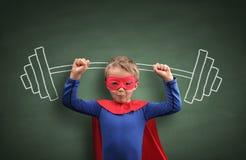 Ragazzo del supereroe di sollevamento pesi Fotografia Stock