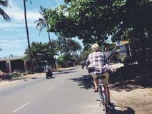 Reiten eines Fahrrades in Muine in Süd-Vietnam Lizenzfreies Stockfoto