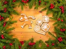 Rena com as cookies dos presentes no quadro da árvore de Natal Foto de Stock