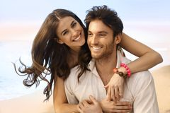 Retrato de la pareja casada feliz en la playa Foto de archivo