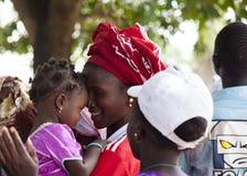Retrato de uma menina africana com sua criança Fotos de Stock